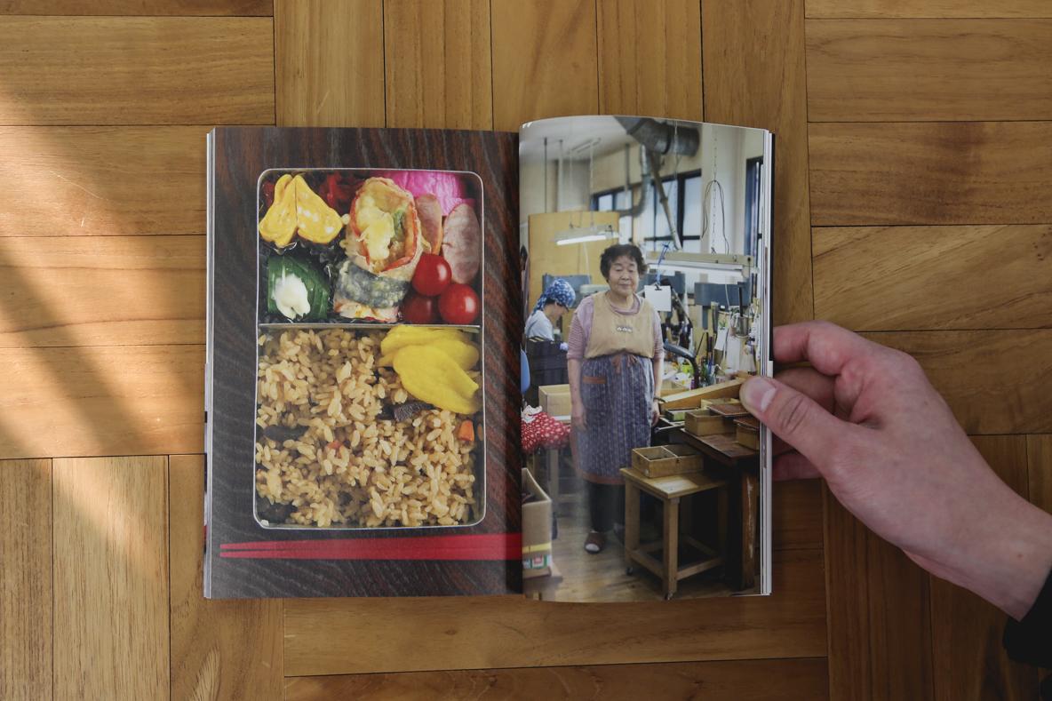 """新刊書『おべんとうの人』は、全日空空輸(ANA)の機内誌『翼の王国』の連載「おべんとうの時間」でも知られる写真家の阿部了さんが、NHK総合テレビジョンの人気番組「サラメシ」のコーナー「お弁当を見にいく」の取材で出会った日本全国25名の""""おべんとうの人""""を、お弁当とともにある働く日常の風景ごと採り上げている。4"""