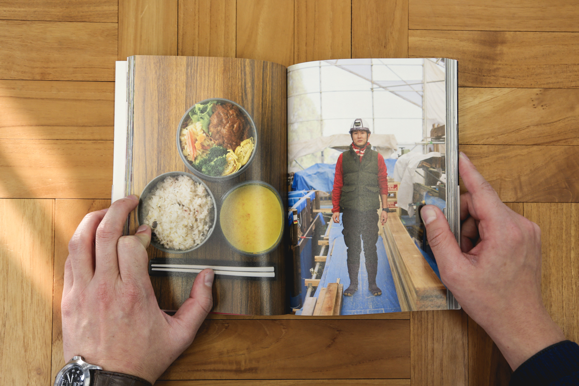 """新刊書『おべんとうの人』は、全日空空輸(ANA)の機内誌『翼の王国』の連載「おべんとうの時間」でも知られる写真家の阿部了さんが、NHK総合テレビジョンの人気番組「サラメシ」のコーナー「お弁当を見にいく」の取材で出会った日本全国25名の""""おべんとうの人""""を、お弁当とともにある働く日常の風景ごと採り上げている。6"""