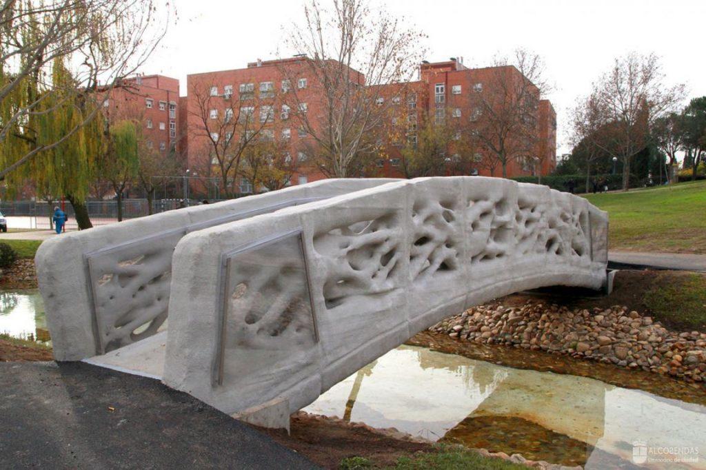 世界初と謳われている3Dプリントされた歩道橋が、マドリードにあらわれた。バルセロナにある建築学校Institute for Advanced Architecture of Catalonia (IAAC)のデザインチームよる作品のようだ。-3