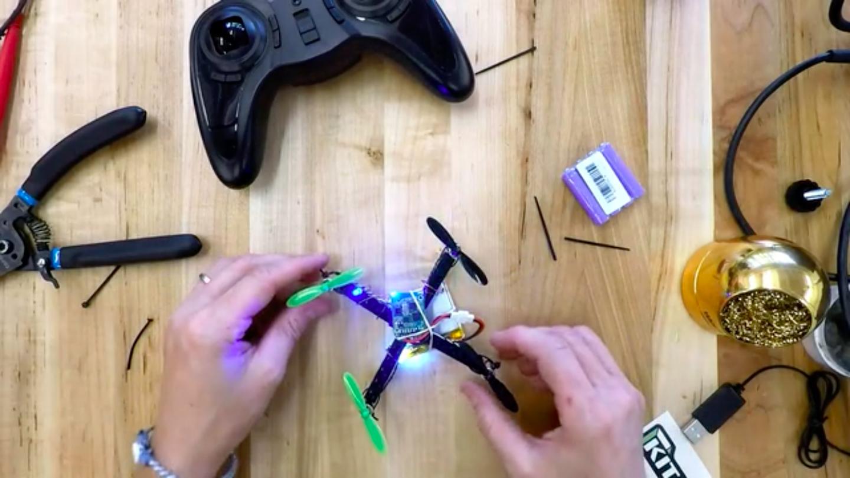 ボディがLEGOでできている小型ドローンの組み立てキット「DIY Mini Lego Drone Kit」の紹介。もし壁に激突させてしまっても、散ってしまったLEGOをもういちど組み立てれば、またすぐに飛び立てるのが魅力的。
