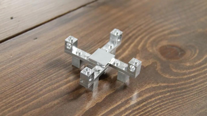ボディがLegoでできている小型ドローンの組み立てキット「DIY Mini Lego Drone Kit」の紹介。もし壁に激突させてしまっても、散ってしまったLegoをもういちど組み立てれば、またすぐに飛び立てるのが魅力的。-4