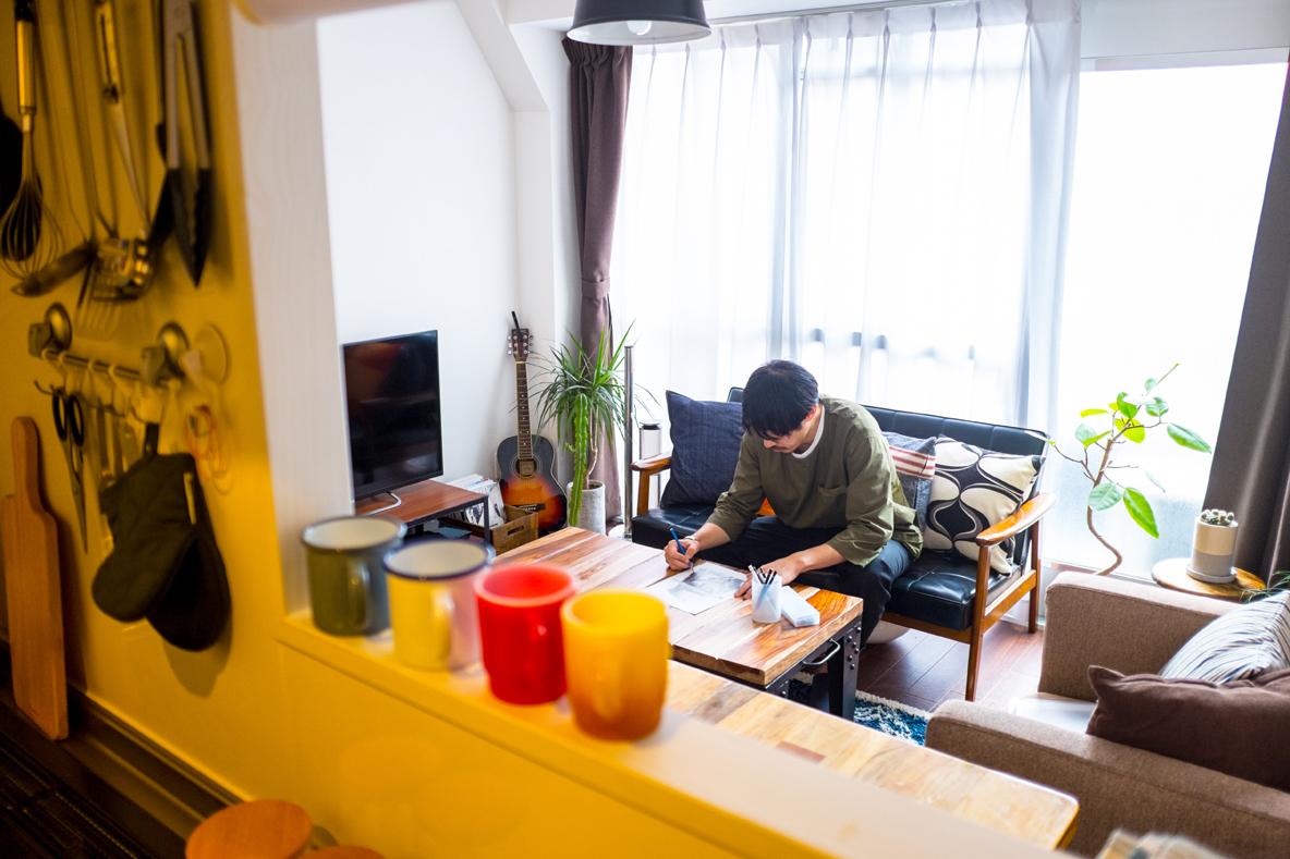 人気連載「みんなの部屋」より。フリーランスデザイナーの寺田さん宅を取材。引っ越しを機にテーマを一新し、家具から冷蔵庫に至るまで揃え直したという、こだわりの住居件オフィスとは?-2