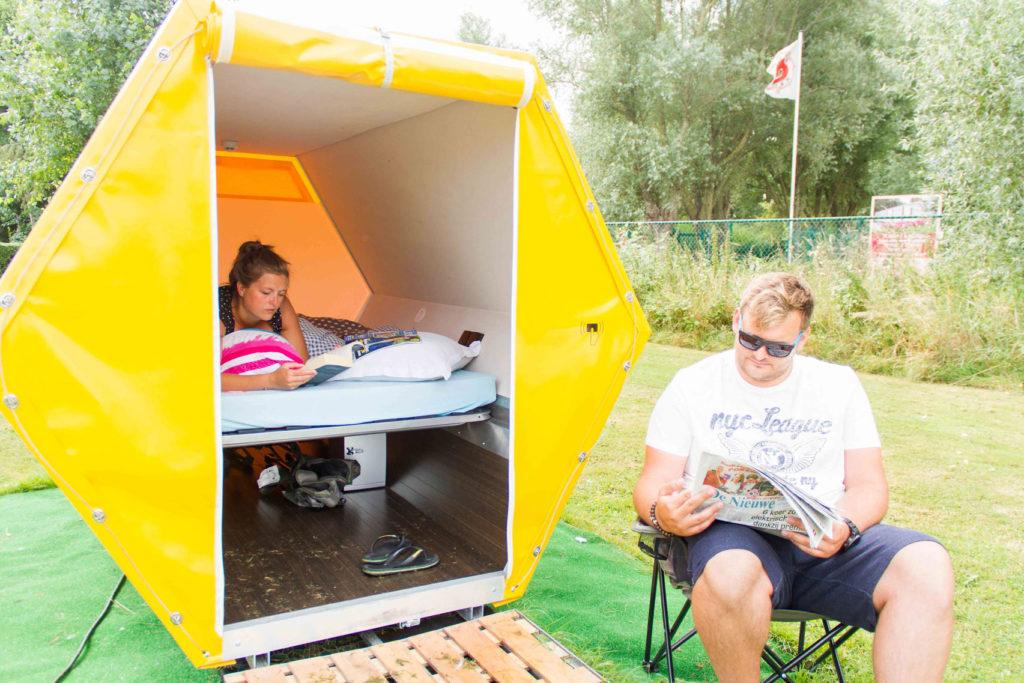 ベルギーの建築家やエンジニアによって作られた、快適な野外カプセルホテル「B-AND-BEE」の紹介。蜂の巣をイメージして作られたテントは、持ち運びが容易で、いくつかのユニットを連結できるので、大人数で行なう野外イベントに最適だ。-5