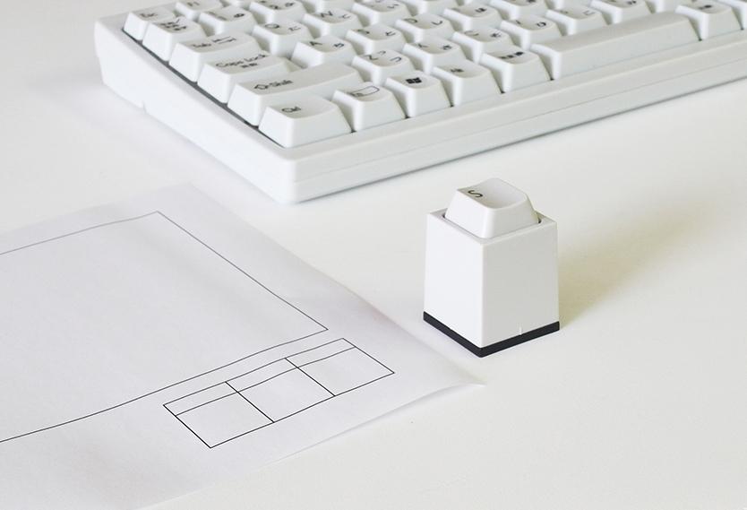 カチャッと打ち込む感触、フォルムと色合いが懐かしい印鑑「key in」の紹介。印面の文字は、最大6文字で自由にオーダーできる。書体とインクの色も6種類のオプションがあり、そこから好きなもの組み合わせてオリジナルの印鑑が作れるのが嬉しい。-7