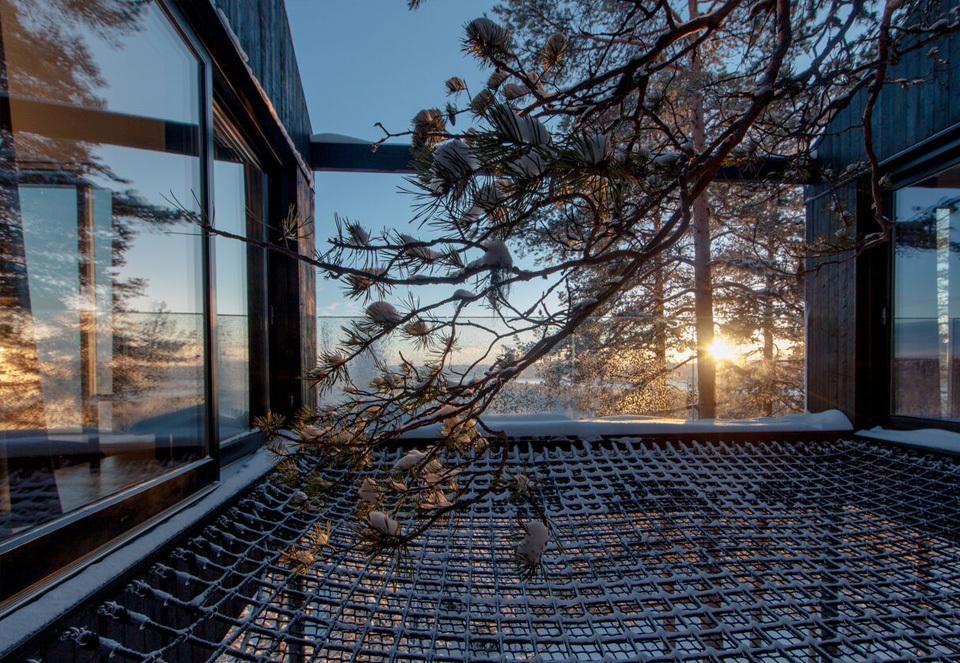 一晩中オーロラを鑑賞できる、スウェーデンの北部にあるツリーハウスホテル「The 7th room」のネットで寝ころぼう