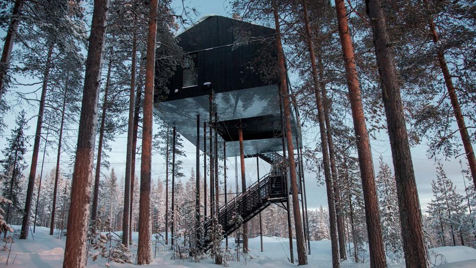 オーロラを鑑賞するとき、マイナス40°にもなる極寒のなかで一晩中空を見上げているのは、さすがに厳しいものがある。そんなときにぜひ利用したい、スウェーデンの北部にあるツリーハウスホテル「The 7th room」の紹介。
