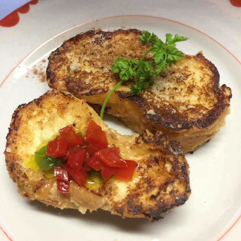 「フレンチトースト」の簡単レシピを紹介。シュガーとシナモンを使用した甘いVer.と、ペッパーとチーズを使った、酒にも合う甘くないVer.の2種類を紹介。トッピングとして使用するポルトガルの万能調味料「マッサ」の簡単レシピも合わせて紹介する。