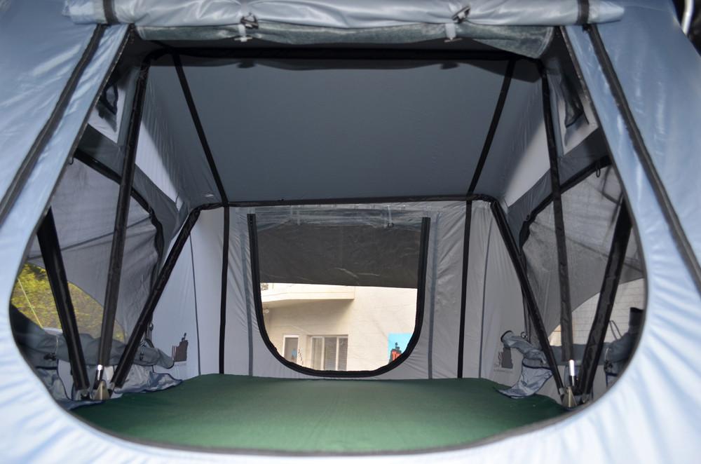 車に取りつけるテントの内部
