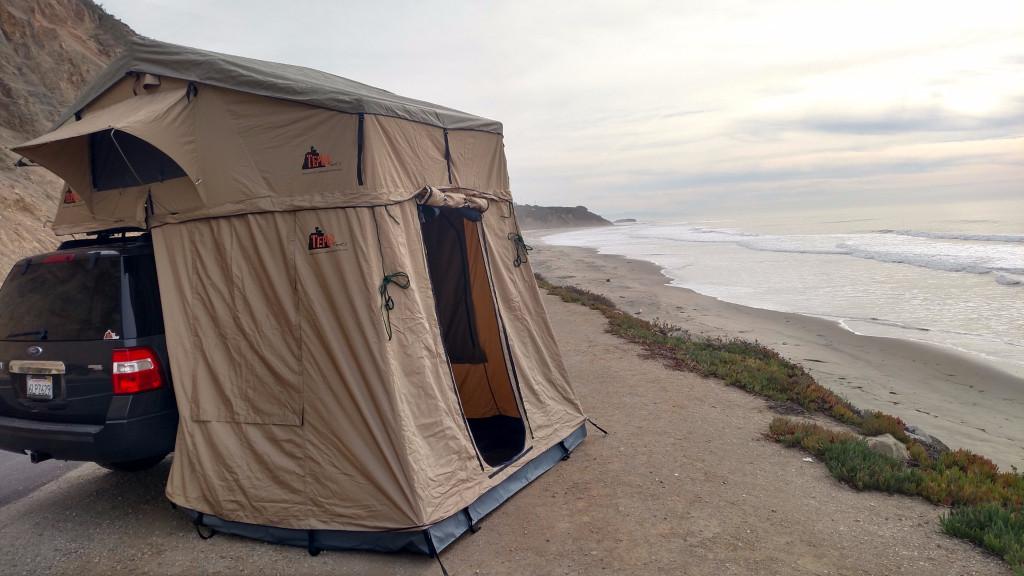 車に取り付けて中で着替えもできるアウトドア用のテント