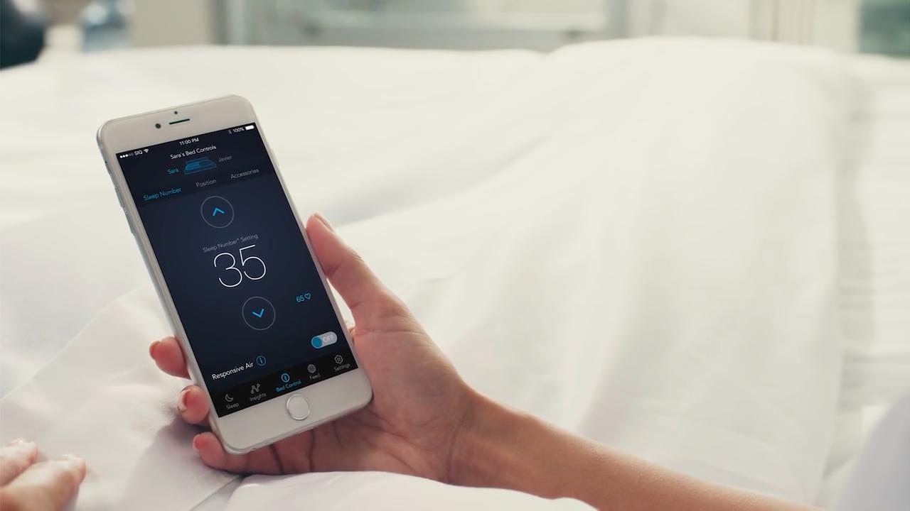 より良い睡眠を取るための完璧なサポートを提供するスマートベッド「THE SLEEP NUMBER 360™ SMART BED」の紹介。姿勢、呼吸、温度の他、睡眠の質を数値化し、あなたの体調を算出、適した運動量まで教えてくれる。-1