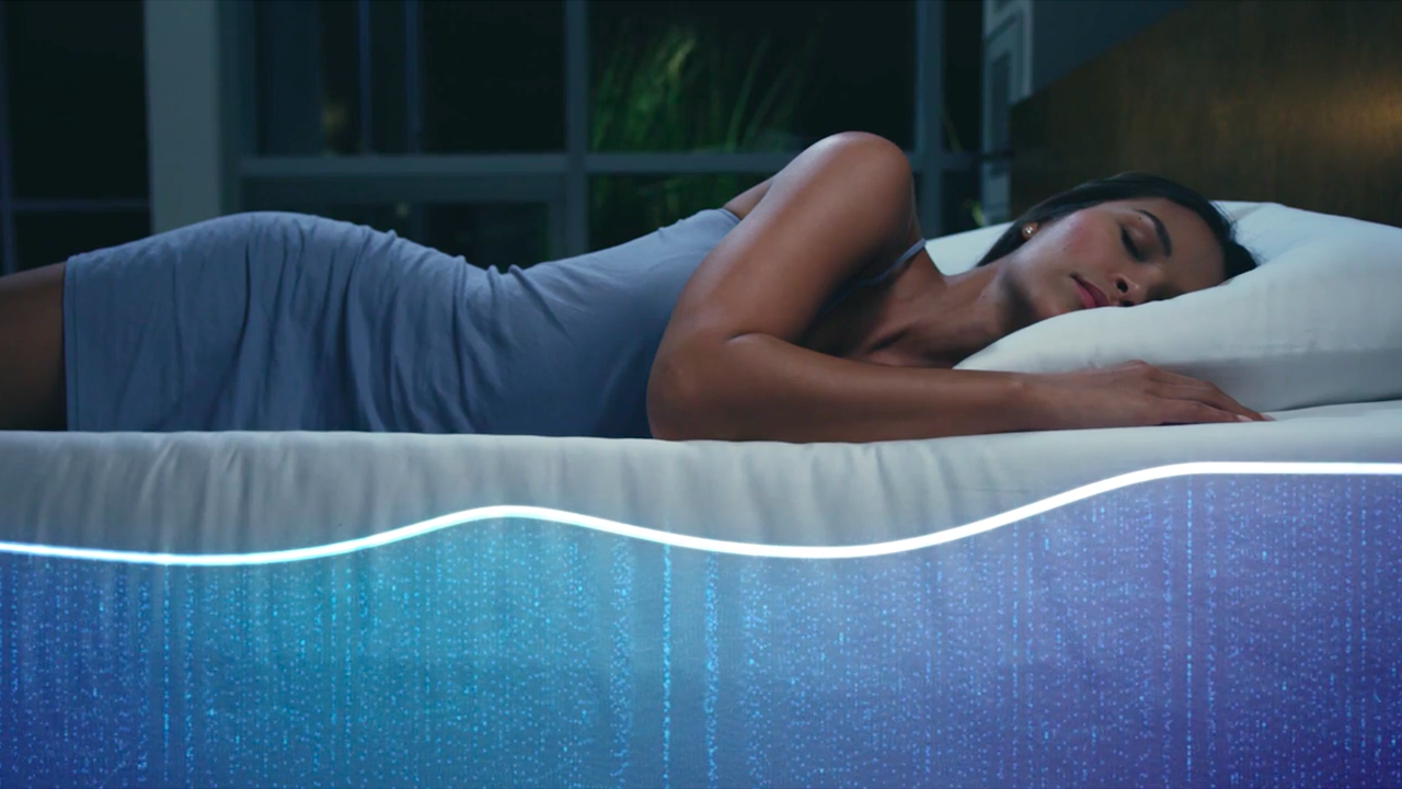 より良い睡眠を取るための完璧なサポートを提供するスマートベッド「THE SLEEP NUMBER 360™ SMART BED」の紹介。姿勢、呼吸、温度の他、睡眠の質を数値化し、あなたの体調を算出、適した運動量まで教えてくれる。-4