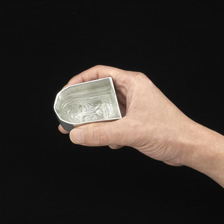 ウルトラマンと日本の匠のコラボアイテム第5弾を紹介。職人たちの手仕事でひとつひとつ丁寧に作られた、錫(すず)100%で精巧に再現されたぐい吞み、前掛けの産地・愛知県豊橋市の前掛け織り工場で作られた前掛け、漆塗り、螺鈿、切金、研ぎ出し絵巻の技法を駆使した蒔絵時計が登場。