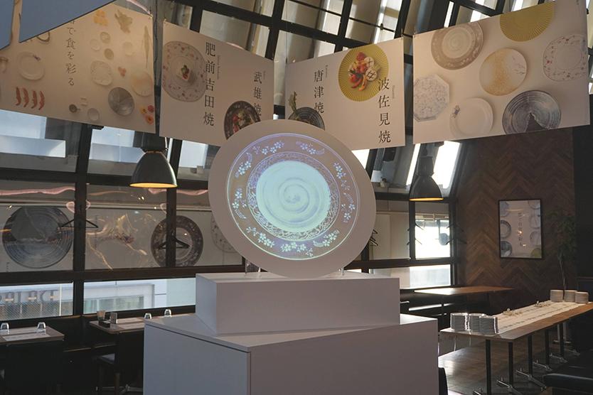 """「肥前やきもの圏ミュージアム」は、""""観て、触って、体験できる器のミュージアム""""をコンセプトにしたカフェで、窯元めぐりがしたくなる。肥前から取り寄せた好みの陶磁器を選んで食事をし、展示された陶磁器の鑑賞もできる。実際に使うことで、肥前エリアの魅力を体感できる空間になっている。3"""