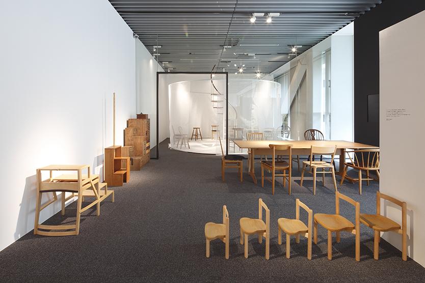 建築家・中村好文(なかむらよしふみ)氏は建築界の巨匠・吉村順三氏の下で家具デザインの助手をつとめた。レミングハウスを設立して以降、住宅設計や住宅家具のデザインを手がけている。3人の家具職人との製作をめぐる展覧会が、竹中工務店が運営支援するGALLERY A4(ギャラリーエークワッド)で開催。1