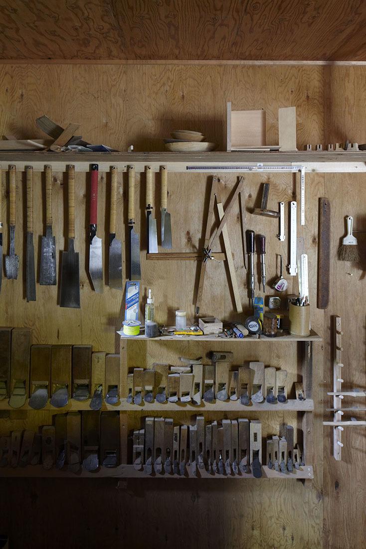 建築家・中村好文(なかむらよしふみ)氏は建築界の巨匠・吉村順三氏の下で家具デザインの助手をつとめた。レミングハウスを設立して以降、住宅設計や住宅家具のデザインを手がけている。3人の家具職人との製作をめぐる展覧会が、竹中工務店が運営支援するGALLERY A4(ギャラリーエークワッド)で開催。5