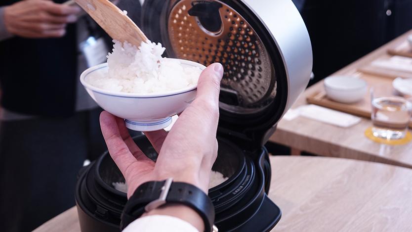 究極のトースターやコーヒーのためのケトルを開発したBALMUDA(バルミューダ)のキッチンシリーズから、新商品として、炊飯器「BALMUDA The Gohan」が登場。二重構造の釜で、蒸気で炊くごはんは、土鍋ごはんよりもおいしいのだ。11