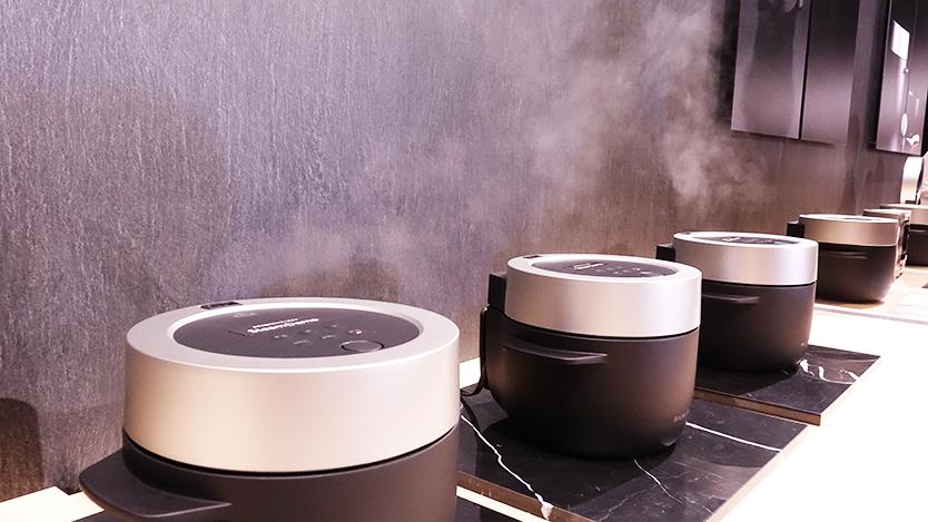 究極のトースターやコーヒーのためのケトルを開発したBALMUDA(バルミューダ)のキッチンシリーズから、新商品として、炊飯器「BALMUDA The Gohan」が登場。二重構造の釜で、蒸気で炊くごはんは、土鍋ごはんよりもおいしいのだ。_3