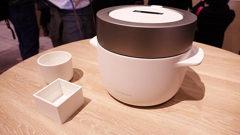 究極のトースターやコーヒーのためのケトルを開発したBALMUDA(バルミューダ)のキッチンシリーズから、新商品として、炊飯器「BALMUDA The Gohan」が登場。二重構造の釜で、蒸気で炊くごはんは、土鍋ごはんよりもおいしいのだ。4