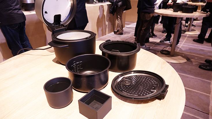究極のトースターやコーヒーのためのケトルを開発したBALMUDA(バルミューダ)のキッチンシリーズから、新商品として、炊飯器「BALMUDA The Gohan」が登場。二重構造の釜で、蒸気で炊くごはんは、土鍋ごはんよりもおいしいのだ。5