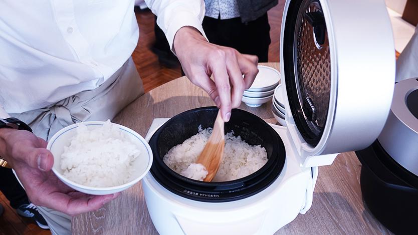 究極のトースターやコーヒーのためのケトルを開発したBALMUDA(バルミューダ)のキッチンシリーズから、新商品として、炊飯器「BALMUDA The Gohan」が登場。二重構造の釜で、蒸気で炊くごはんは、土鍋ごはんよりもおいしいのだ。8