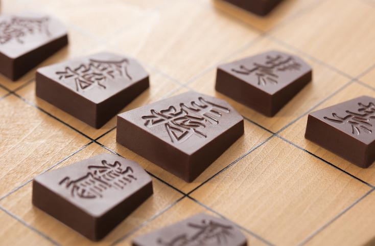 日本将棋連盟推薦品である一心堂本舗の「Shogi de Chocolat(将棋 デ ショコラ)」は実際の駒と同様、王将・飛車・角行・金将・銀将・桂馬・香車・歩兵の8種類を1セットとして商品化。バレンタインの贈り物にぴったりだ。1