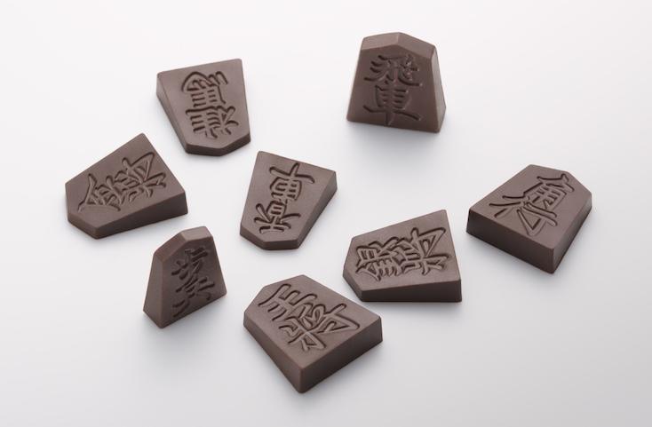 日本将棋連盟推薦品である一心堂本舗の「Shogi de Chocolat(将棋 デ ショコラ)」は実際の駒と同様、王将・飛車・角行・金将・銀将・桂馬・香車・歩兵の8種類を1セットとして商品化。バレンタインの贈り物にぴったりだ。2