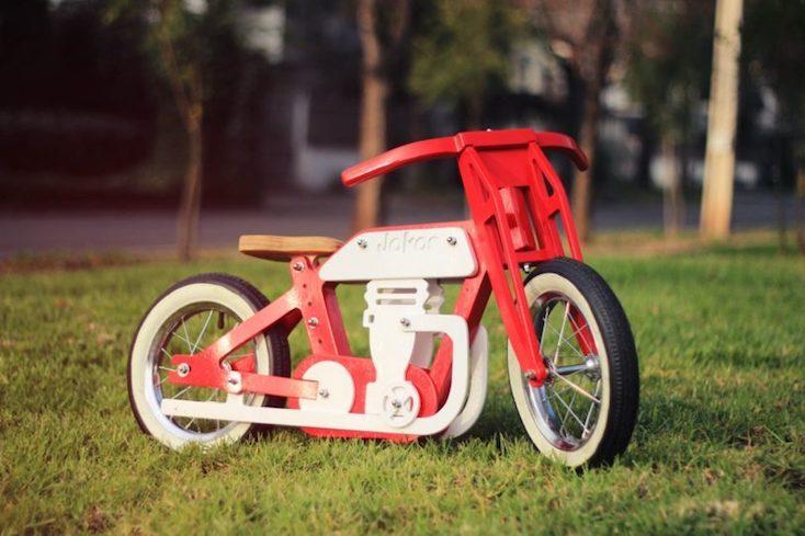 老舗バイクメーカーにインスパイアされたキッズバイク「Jokos N°1」の紹介。洗練されたデザインとペダルがないため、バランス感覚を養うことができる点が特徴だ。組み立て型キッズバイクなので、親子で楽しみながら作ることができるこだわりのあるバイク。