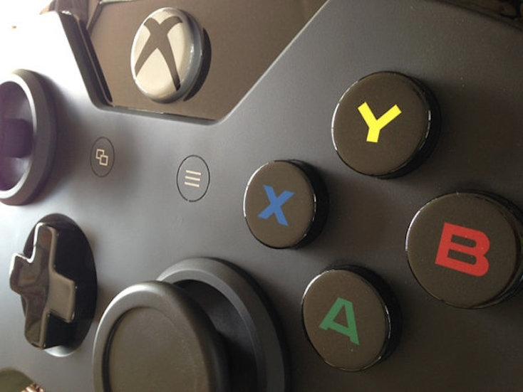 Xbox Oneのコントローラーを忠実に再現したコーヒーテーブルの紹介。アメリカのScott Blackwellさんが製作した。Etsyにてオーダーメード販売を行っている。残念ながらUS国内のみの発送であることから、購入は難しい。