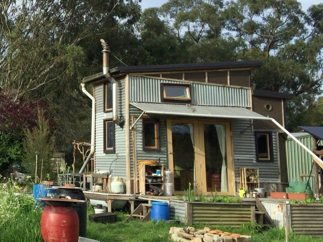 オーストラリアのメルボルン近郊ヤラバレーのファームに建つ、とあるTiny Houseの暮らしを紹介。15㎡の小さな家に3人暮らし。約3年かけて、ご主人がほとんど一から作ったという。必要最低限のものを所有して必要ないものを削ぎ落すというのではなく、暮らしを楽しんでいる。