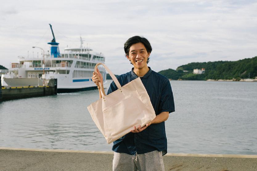 香川県・小豆島で「処分されるべき害獣」と呼ばれるイノシシやシカの革を使ったバッグを展開する、「min.good」というプロジェクトを運営する上杉新さん。クラウドファンディングサイトCAMPFIREで展開する4種類のバッグとその背景を紹介する。