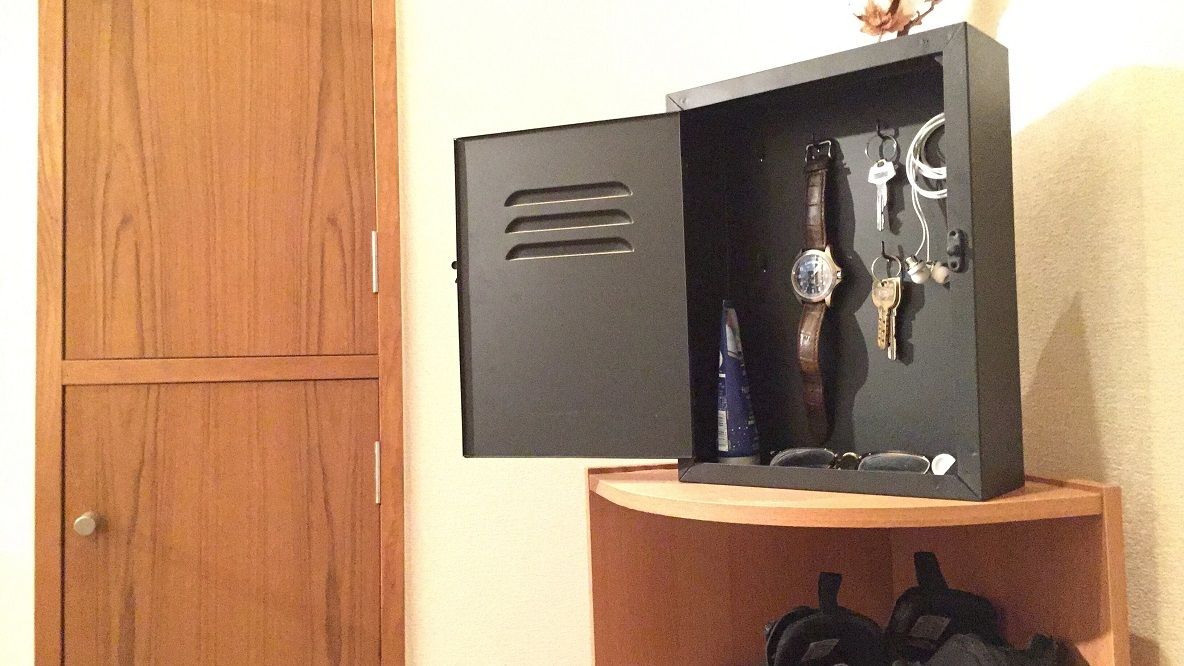 フライングタイガーのフック付きボックスを、玄関の小物置き場に|マイ