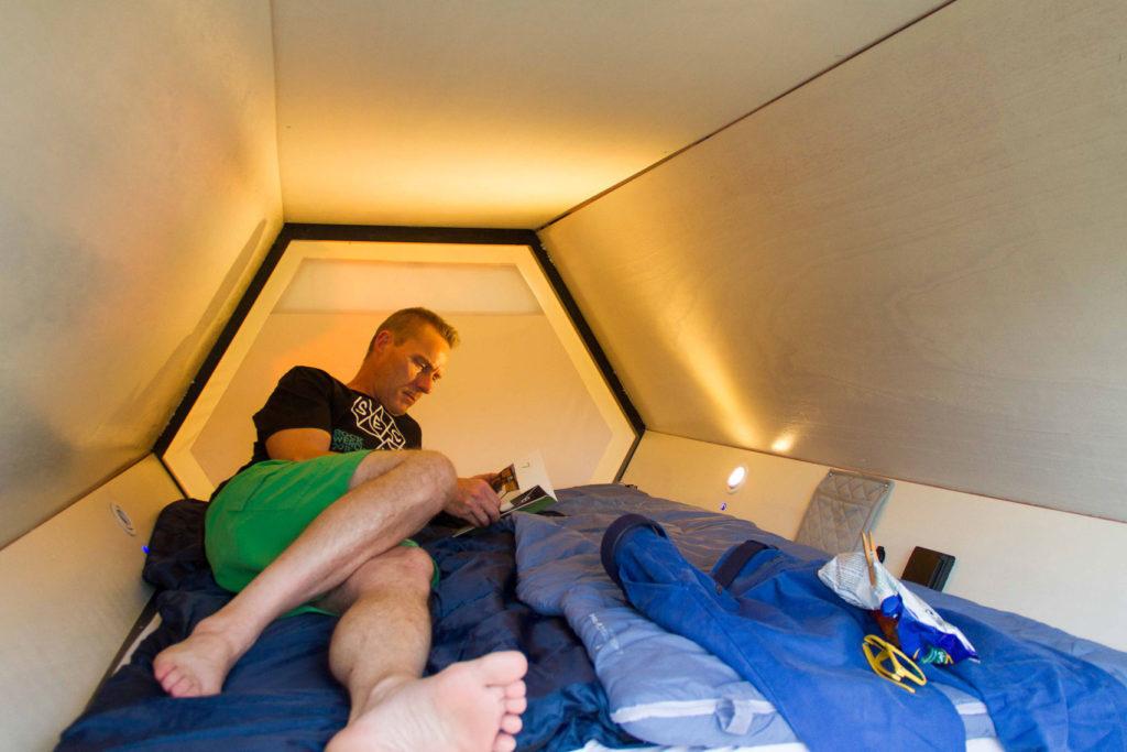 ベルギーの建築家やエンジニアによって作られた、快適な野外カプセルホテル「B-AND-BEE」。蜂の巣をイメージして作られたテントは、持ち運びが容易で、いくつかのユニットを連結できるので、大人数で行なう野外イベントに最適だ。災害時の一時的なシェルターとしての機能も果たす。3