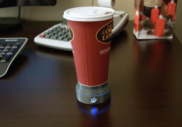 紙コップに入った温かい飲み物を、温度そのままにキープしてくれるガジェット「LAVACLIP」の紹介。温かい飲み物を楽しむのに、もう急いで飲む必要はない。今日も暖かいコーヒーでよい一日を送ろう1