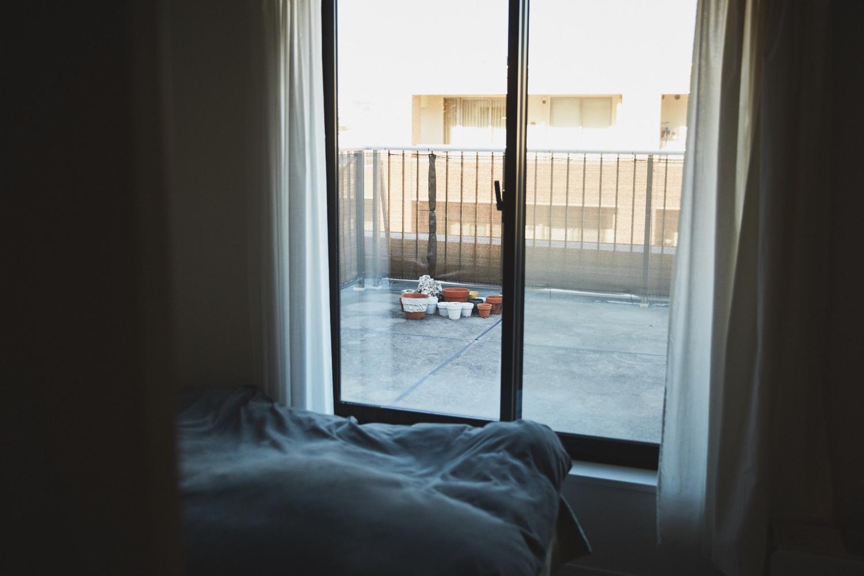 窓越しに見える広々したルーフバルコニー