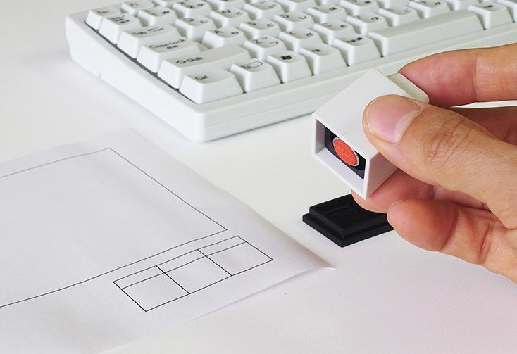 Design Roomの橘晃さんによる「key in」は、キーを打つように押印する印鑑。文字はアルファベットとEscから選べ、印面の文字、書体(楷書体、古印体、てん書体、行書体、丸ゴシック体、ポップ体)、インクの色を組み合わせ、オリジナルの印鑑が作れるのが嬉しい。プレゼントに最適20