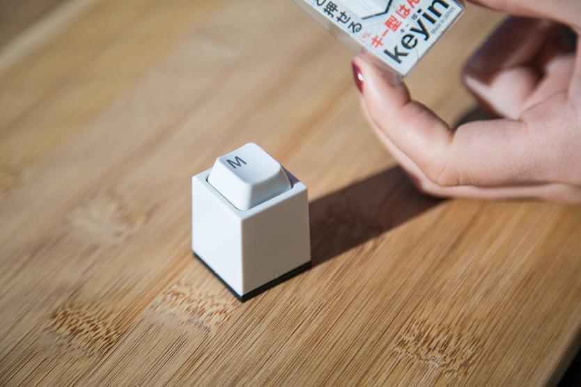 Design Roomの橘晃さんによる「key in」は、キーを打つように押印する印鑑。文字はアルファベットとEscから選べ、印面の文字、書体(楷書体、古印体、てん書体、行書体、丸ゴシック体、ポップ体)、インクの色を組み合わせ、オリジナルの印鑑が作れるのが嬉しい。プレゼントに最適3