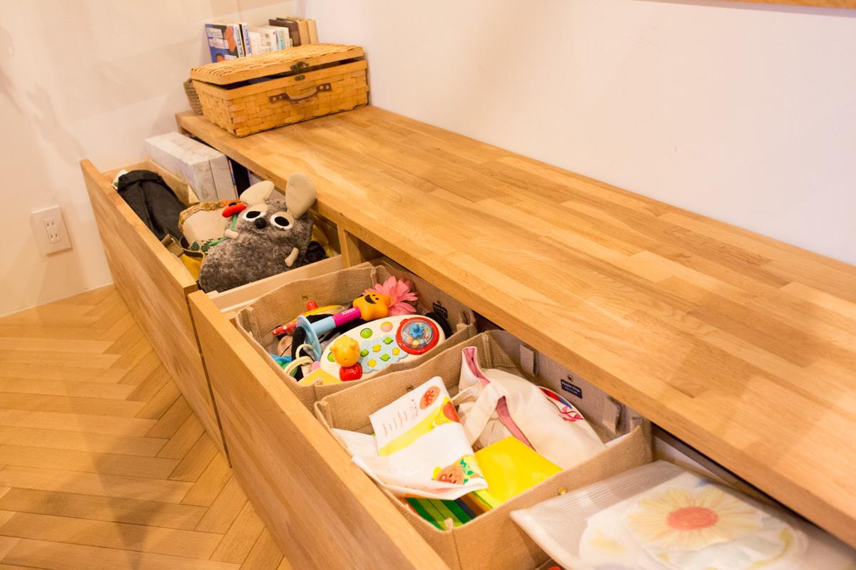 子供のおもちゃを収納できる作り付けベンチ家具