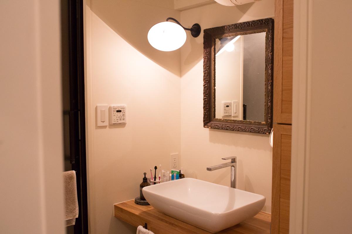 アンティークな鏡を置いたおしゃれな洗面台