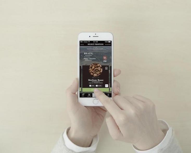 操作は、「App Store」にてダウンロードする無料の専用アプリを使用