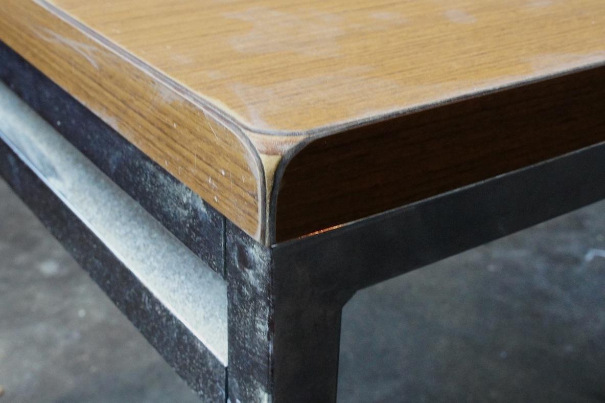 紙やすりでテーブルの角を丸くするDIY