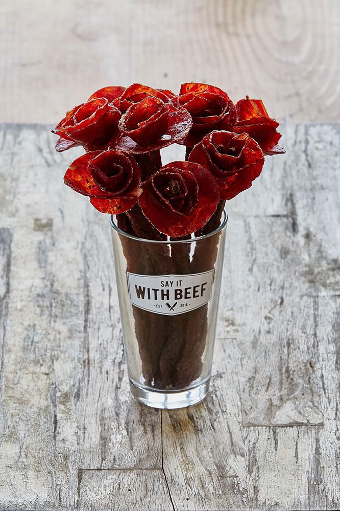 バレンタインにもらえたらうれしい、花の形をしたビーフジャーキー「Say It With Beef」を紹介。