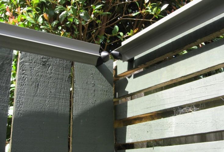 柵の上、内側どちらでも取り付けていい