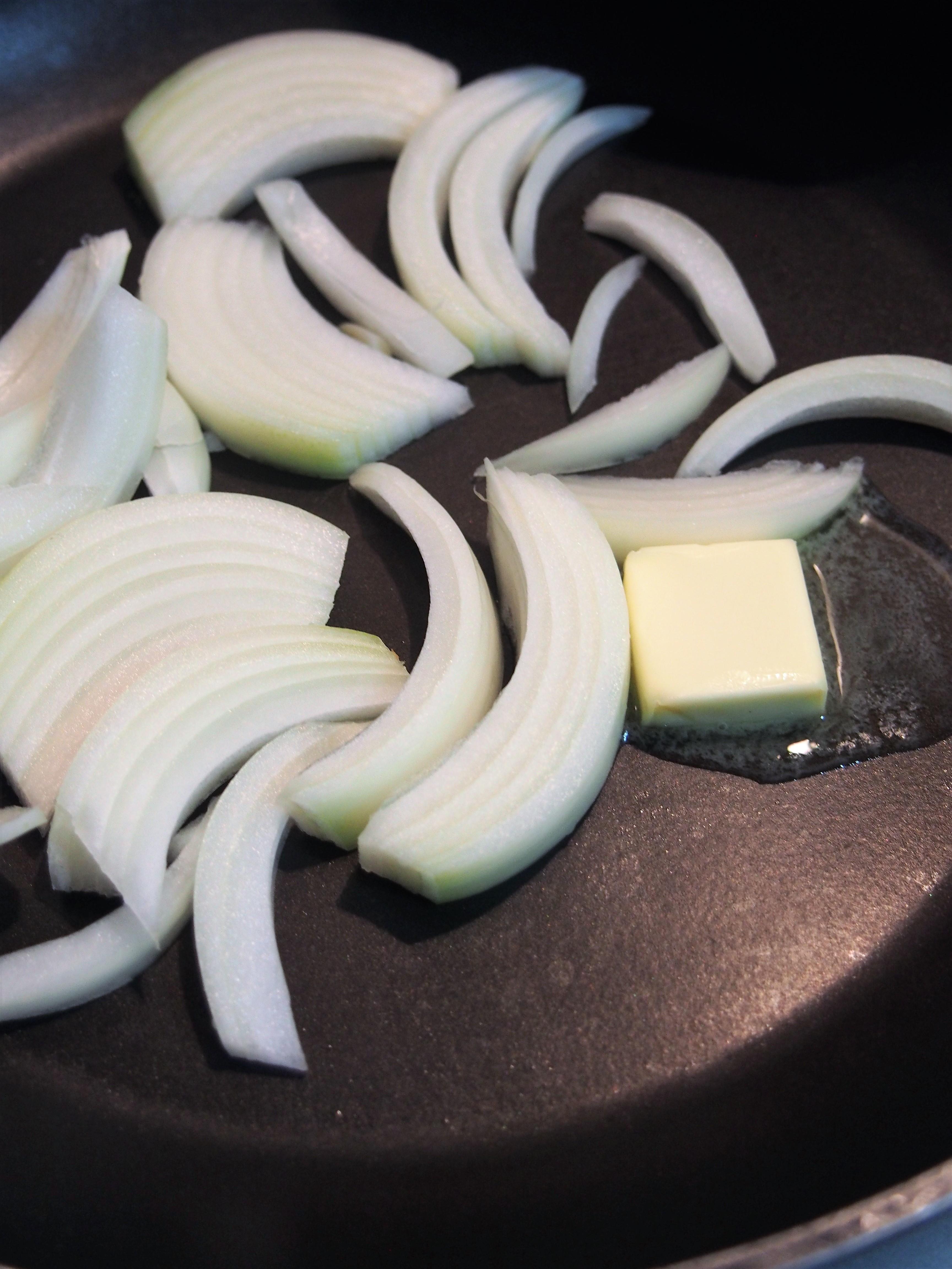 フライパンにたまねぎ、バター10gを入れて加熱する