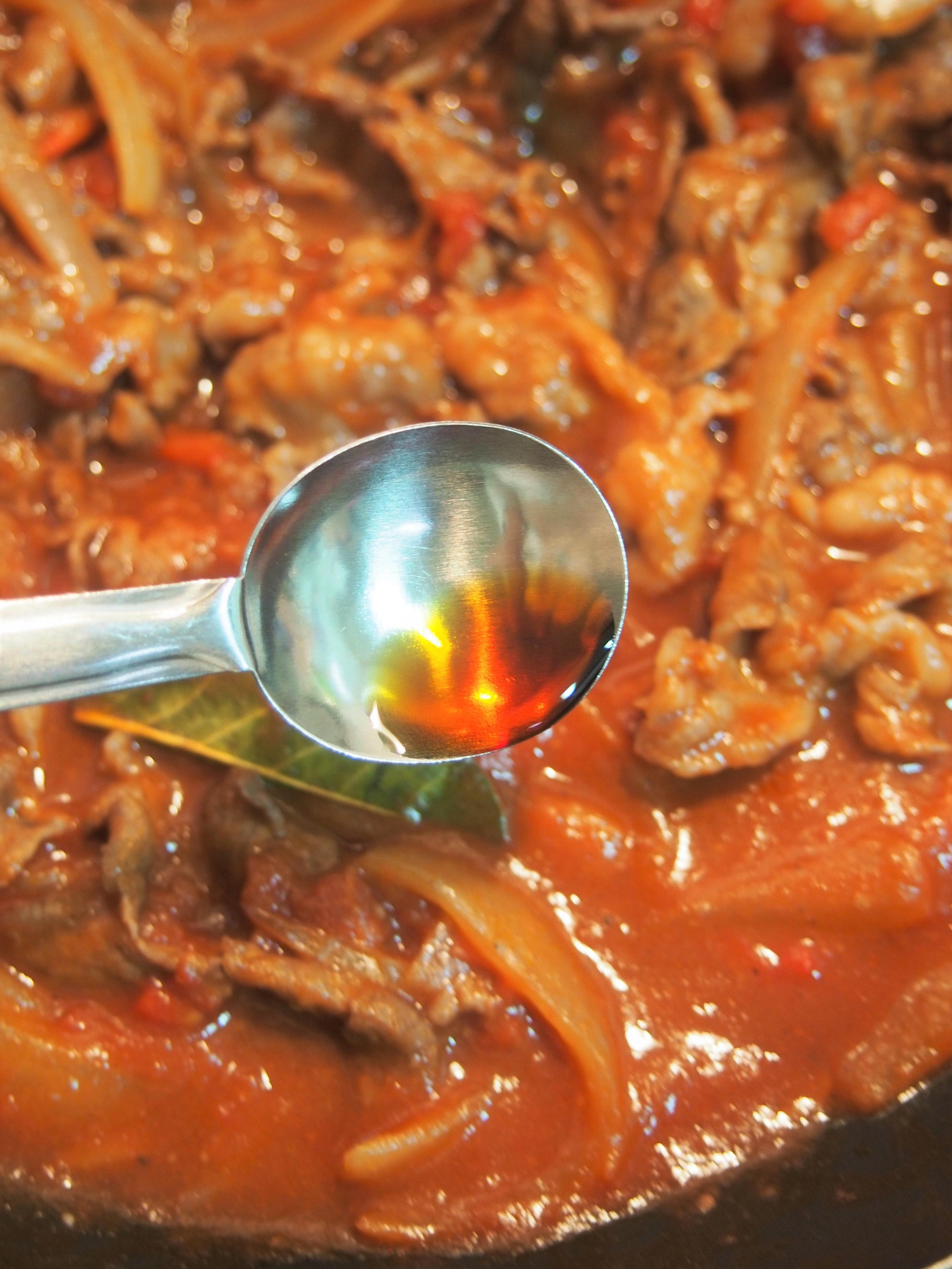 調味料を加えてサッと混ぜ、1分ほど煮る