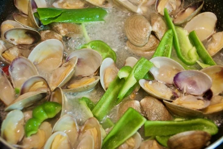 タイでは定番料理のアサリとバジルの炒め物「ホイライパットホラパー」のレシピを紹介