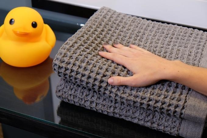 クラウドファンディング・Kickstarterで目標金額の10倍近い出資を集めて話題になっている、吸水力と速乾性に特化したバスタオル「Onsen」の紹介。もちろん肌触りにもソフトで心地よいので、赤ちゃんを包んでも大丈夫。