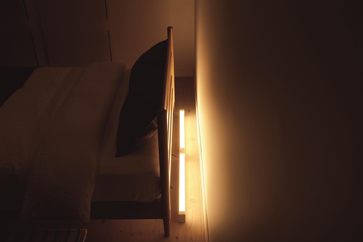 テレビの裏に置いてホームシアターを演出するラインライト