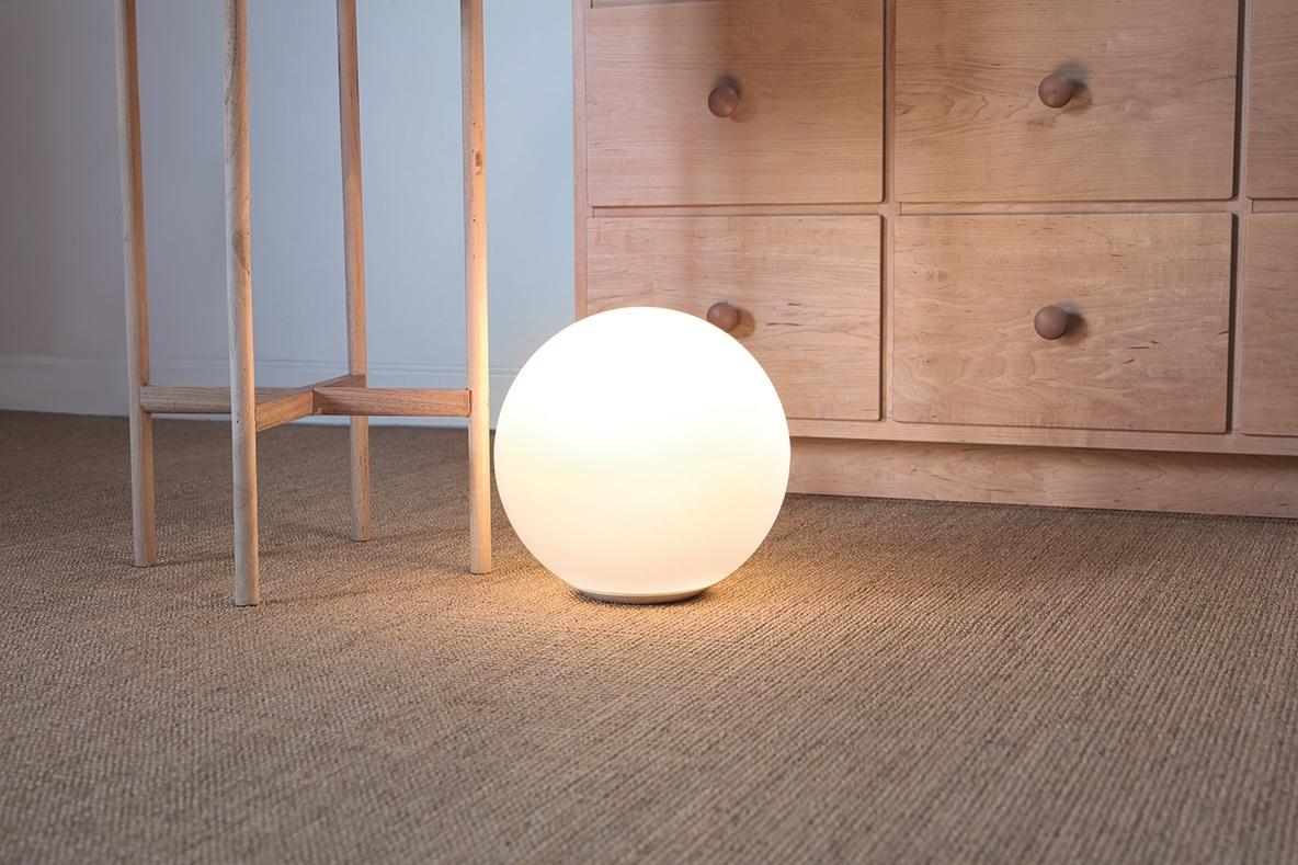 足元を照らす丸い照明