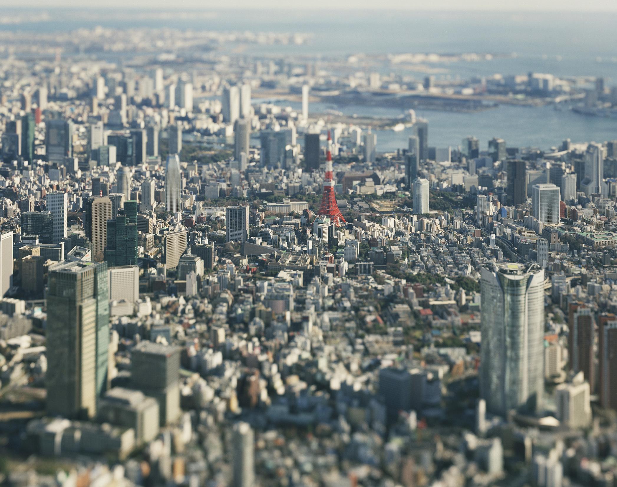 東京・代官山にある「1/2GALLERY」にて、本城直季氏の写真展「TOKYO/KYOTO 1/2」展が開催される。本城直季氏は、大判カメラのアオリ(ティルト)を利用して、実際の風景や人物をミニチュア・ジオラマのように見せる独特の手法で知られる写真家だ。top