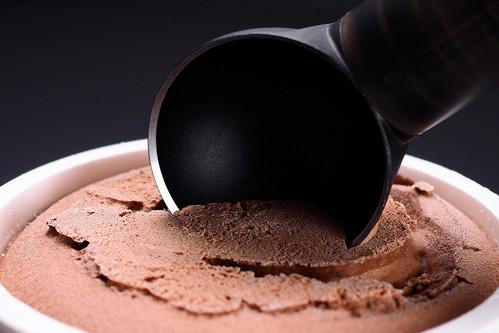 """アイスを絶妙に溶かしながら削り出せる「ScoopTHAT!」の紹介。手のひらからスクーパーの""""ふち""""まで温度を伝導することで、アイスを適度に溶かしながらすくいだせる仕組みだ。テフロン加工なので、くっつく心配もない。-8"""